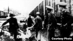 """Trenul morții"" și evrei ce și-au pierdut viața... Foto: col. Yad Vashem)"