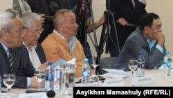 Участники слушаний против планов создания Евразийского экономического союза. Алматы, 22 мая 2014 года.