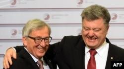 Ukrainanyň prezidenti Petro Poroşenko (s) we Ýewropa Komissiýasynyň prezidenti Jean-Claude Juncker (ç). Riga, 22-nji maý, 2015