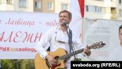 Лявон Вольскі выступае на зборы подпісаў за Алеся Лагвінца