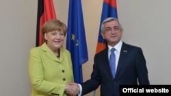 Канцлер Германии Ангела Меркель (слева) и президент Армении Серж Саргсян на саммите ЕС и шести стран Восточной Европы в Риге, 21 мая 2015 года.