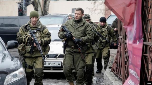 زاخارچنکو (نفر وسط) در میان جداییطلبان دونتسک