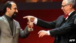 Regizorul iranian Asghar Farhadi cu Ursul de Aur în 2011 alături de directorul festivalului Dieter Kosslick