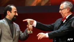 اصغر فرهادی (چپ) در کنار مدیر جشنواره فیلم برلین، با خرس طلای این جشنواره