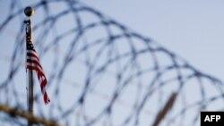 Zastava SAD-a u dvorišu zatvora Gvantanamo, Kuba