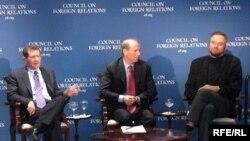 Richard Haas (în centru) la o discuție pe teme de politică externă la Washington