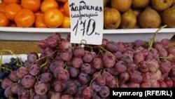 Столовый виноград из Турции на одном из рынков Симферополя