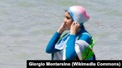 Девушка в так называемом буркини, специальном купальном костюме, который полностью закрывает тело.