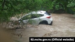 Автомобиль, унесенный потоком воды в селе Перевальное Симферопольского района