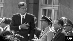 John F. Kennedy (L) u Berlinu, 26. juni 1963.