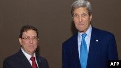 АҚШ мемлекеттік хатшысы Джон Керри (оң жақта) мен Куба сыртқы істер министрі Бруно Родригес, Панама, 9 сәуір 2015 жыл.