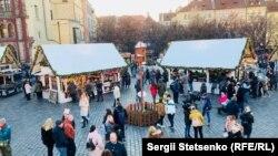 На різдвяному ярмарку новорічні прикраси лише чеського виробництва.