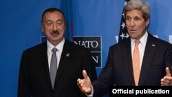 Arxiv fotosu: ABŞ Dövlət Katibi John Kerry Uelsdə Azərbaycan və Ermənistan prezidentləri ilə görüş zamanı. 4 sentyabr 2014