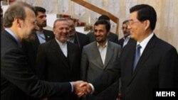 هوجین تائو، رییس جمهوری چین در دیدار با مقامات ایرانی. پکن سعی دارد که خود را مخالف تحریم ایران نشان دهد.
