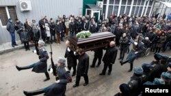 Rusi - Ceremonia e varrimit të policit të vrarë rus, i cili vdiq duke u përpjekur që të ndal sulmuesin vetëvrasës të detonoj bombën në stacionin e trenave në Volgograd, 02 janar, 2014