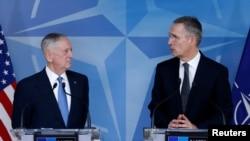 Американскиот секретар за одбрана Џејмс Матис и генералниот секретар на НАТО Јенс Столтенберг, Брисел, 15.02.2017.