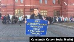 Одиночный пикет на Манежной площади в Москве в поддержку арестованных после обысков крымских татар, архивное фото