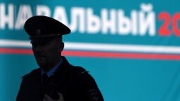 Сотрудник полиции во время антикоррупционного митинга