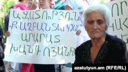 Արային և Արարատ Խանդոյանների մայրը՝ Ռիմա Խանդոյանը Վերաքննիչ դատարանի մոտ: 10-ը օգոստոսի, 2016 թ․