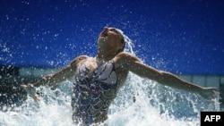 Natalia Ishchenko and Svetlana Romashina won synchronized swimming duets gold, maintaining a 26-year Russian winning streak.