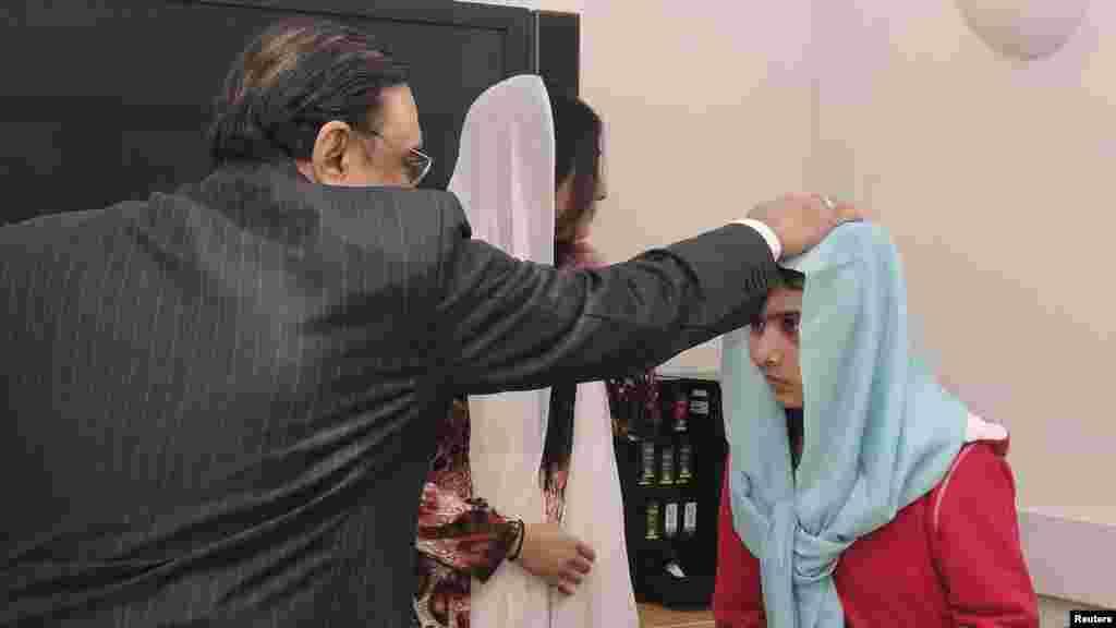 Pakistanın Baş naziri Asif Zardari xəstəxanada Malalanı ziyarət edir.