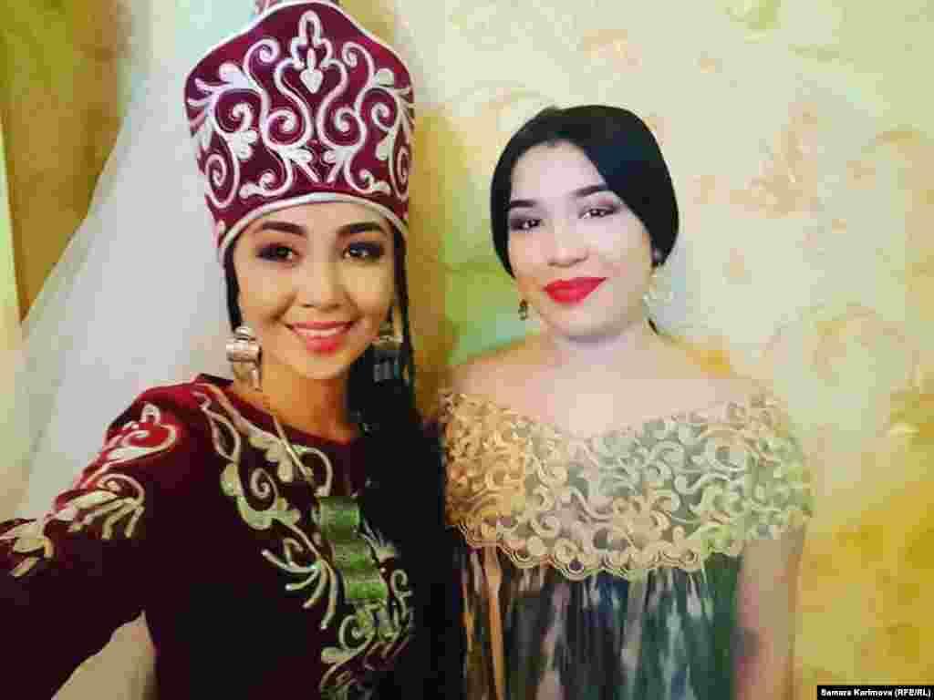 Кыргыз ырчысы Самара Каримова менен өзбек ырчысы Зиёда.