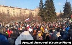 Толпа митингующих на акции 23 января в Новосибирске