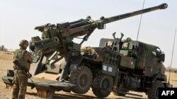 Французькі солдати розгортають французьку самохідну артилерійську установку CAESAR на військовій базі «Кайяра», Ірак, жовтень 2016 року