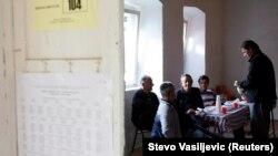 Izborna komisija u mjestu Vranjine, u blizini Podgorice, arhivska fotografija