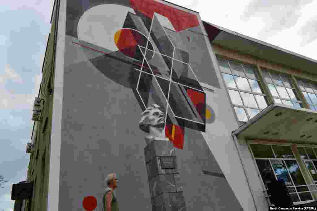 Фасад серого здания ДК украсила яркая абстракция