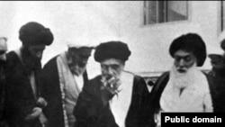 آیت الله سید حسین بروجردی (نفر اول سمت راست) همراه با ابوالقاسم کاشانی (نفر وسط).