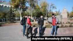 ЖОО ғимараты жанында тұрған студенттер. Жезқазған, 29 қазан 2013 жыл.