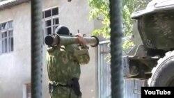Сотрудник силовых структур во время одной из спецопераций. Буйнакск, 20 августа 2013 года.