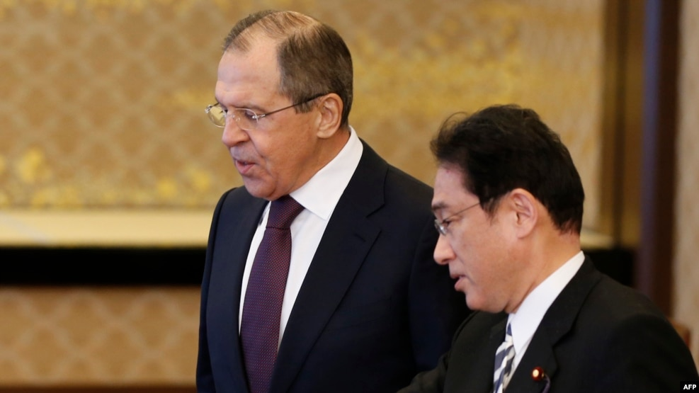 Russian Foreign Minister Sergei Lavrov (left) and his Japanese counterpart, Fumio Kishida, in Tokyo in April.