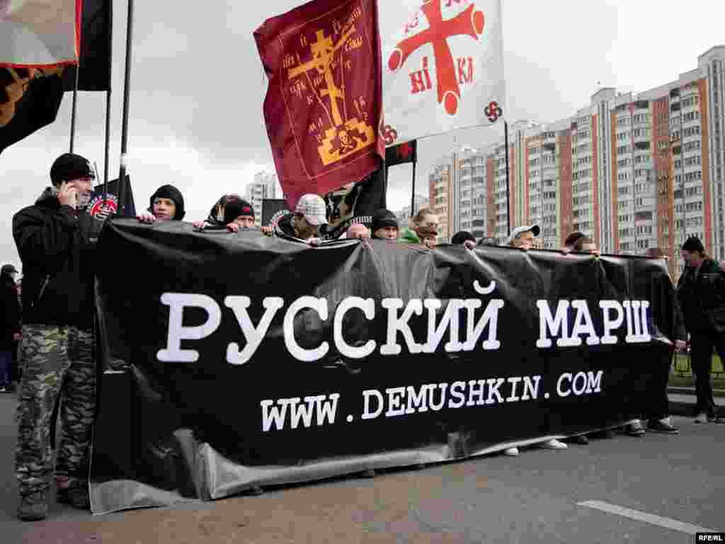 4 ноября около 2,5 тысяч националистов прошли маршем по московскому району Люблино