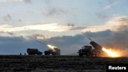 Українські військові запускають ракети з системи залпового вогню «Град» у районі міста Дебальцеве, 8 лютого 2015 року