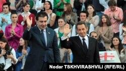 Президенты Франции и Грузии Николя Саркози (справа) и Михаил Саакашвили. Тбилиси. 7 октября 2011 г