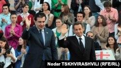 Վրաստան-Միխեիլ Սահակաշվիլին (ձ) եւ Նիկոլա Սարկոզին ժամանում են Թբիլիսիի Անկախության հրապարակ, 07 հոկտեմբեր, 2011