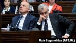 Мамука Хазарадзе (справа) и Бадри Джапаридзе на заседании парламентского комитета