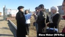 Клиенты гештальтпсихолога Надежды Шерьяздановой стоят у здания департамента комитета контроля медицинской и фармацевтической деятельности по Карагандинской области. 15 апреля 2013 года.