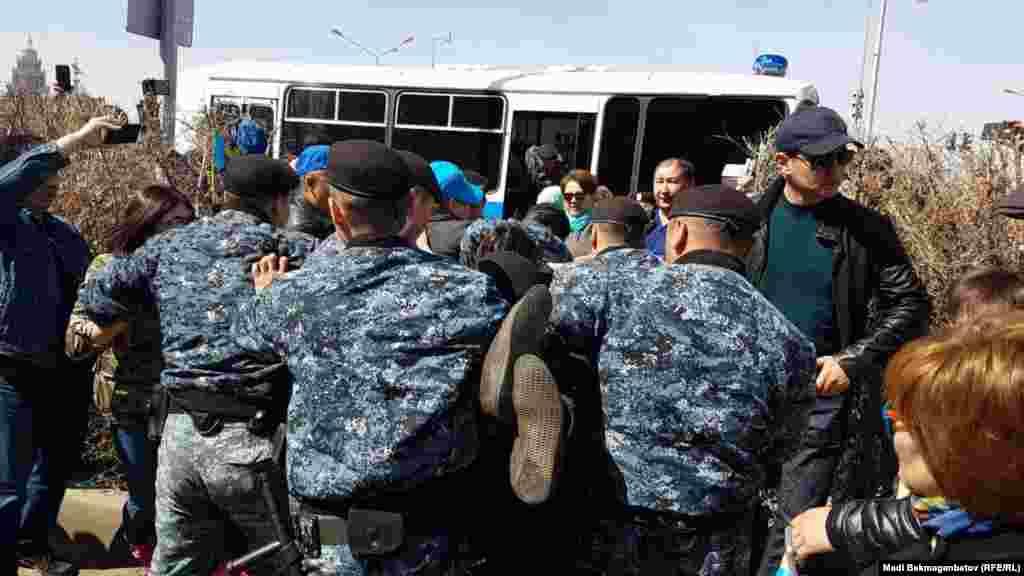 Акцияда белсенділік танытқандарды полиция ұстап, көлікке салып алып кетті.