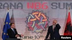 Тирана- Еврокомесарот за проширување Оливер Вархеји и премиерот на Албанија Еди Рама на заедничката прес конференција,10.06.2021