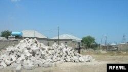 İyulun 20-də Sabunçu Rayon Məhkəməsi artıq üç nəfərin evinin sökülməsi haqda qərar çıxarıb