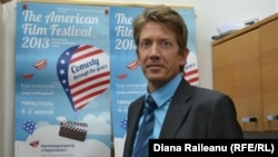 Diplomatul american Brent Israelsen răspunzînd întrebărilor Europei Libere
