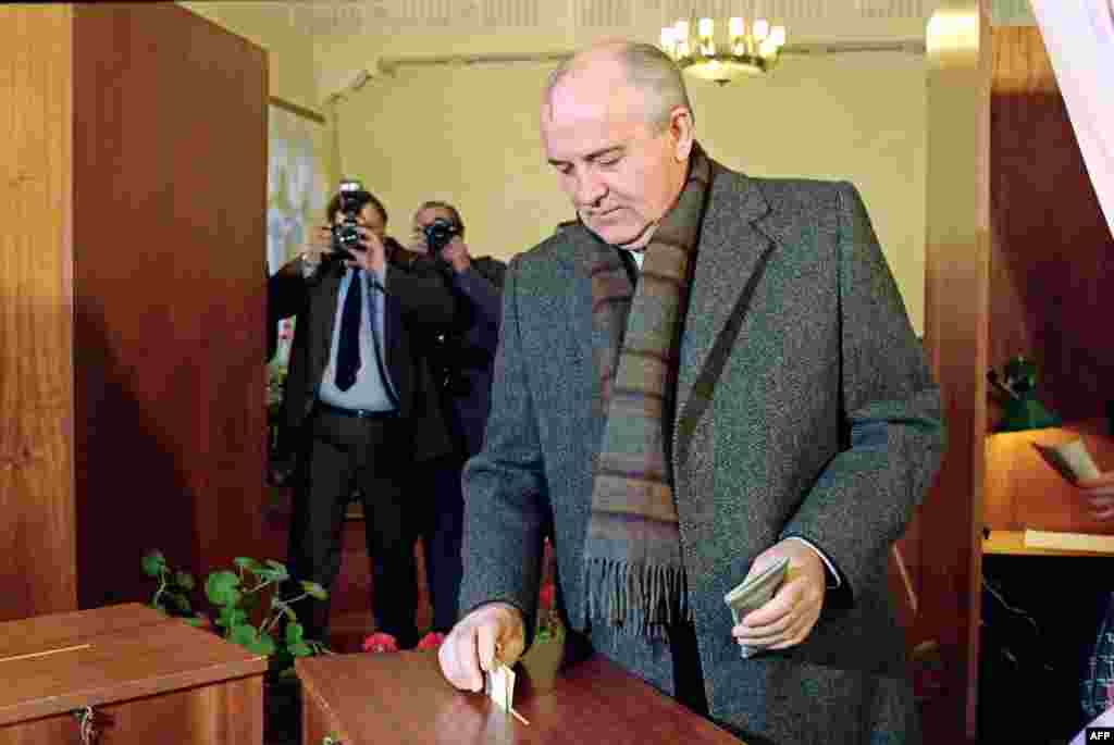 Gorbachev casts his ballot in Moscow on March 17, 1991, in a referendum to decide whether the Soviet Union would remain a unified state or not.