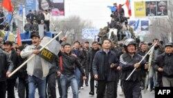 Ак үйдү көздөй келаткан демонстранттар, Бишкек. 7-апрель, 2010.