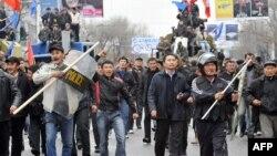 Бакиев бийлигине каршы чыккан эл Ак үйдү көздөй келатат. 7-апрель, 2010.
