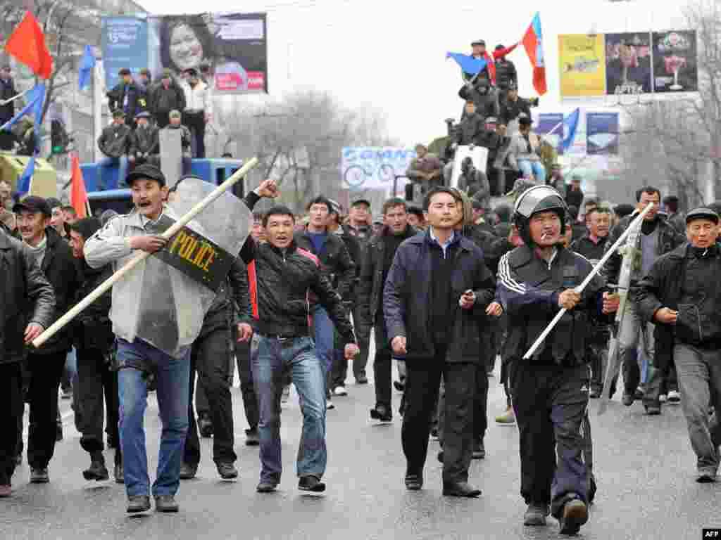7 апреля 2010 года. Люди направляются к Белому дому - правительственному зданию в Бишкеке.