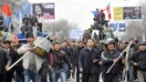 Бишкектин Чүй көчөсү менен Ак үйдү көздөй бараткан эл. 7-апрель, 2010-жыл