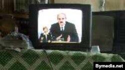 Александр Лукашенко (на телеэкране) не готов допустить оппозицию в свою спальню